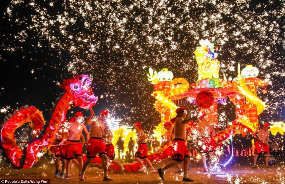 493EB44000000578 5395601 Chinese perform dragon and lion dance to herald the Lunar New Ye a 99 1518708203383